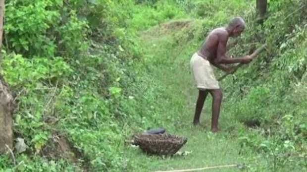 Мужчина в одиночку рыл канал в деревню 30 лет