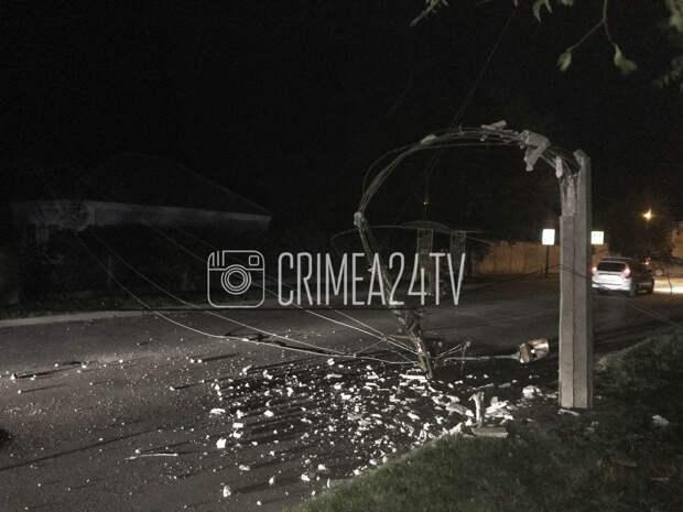 На улице Чкалова в Феодосии упал столб. ФОТО, ВИДЕО