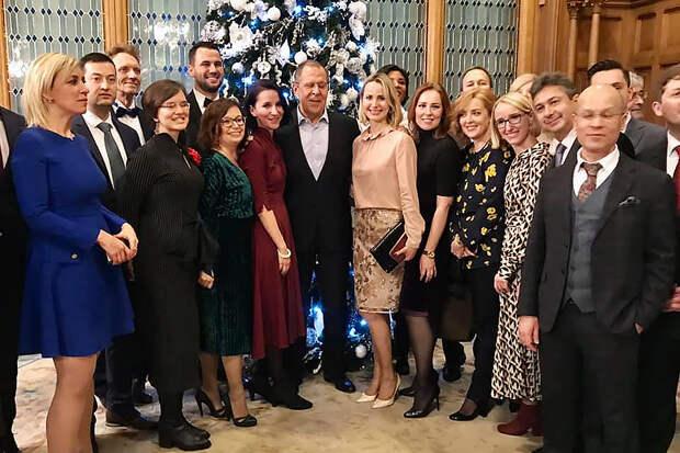 Фотографии Лаврова и Захаровой с новогоднего корпоратива в МИДе попали в Сеть