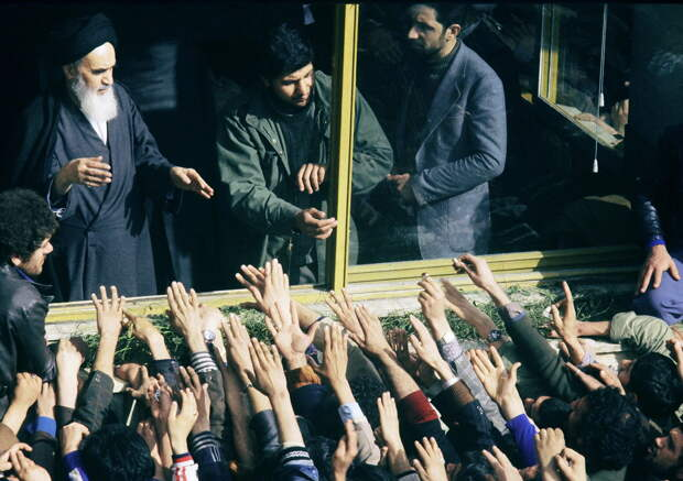 Иранцы приветствуют аятоллу Хомейни в Тегеране. 2 февраля 1979  - РИА Новости, 1920, 29.09.2020
