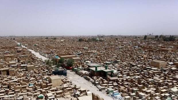 10 эпичных фото самого большого кладбища в мире в Ираке