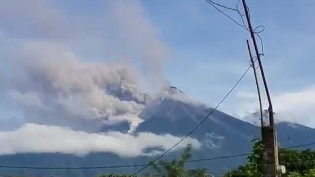 В Гватемале началось извержение стратовулкана