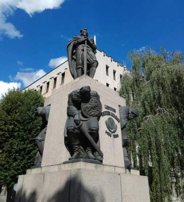 Тут один веселый поляк запостил фото, на котором польский круль попирает согбенных русских витязей