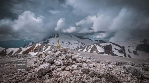 Тур из камней посередине кадра обозначает вершину горы