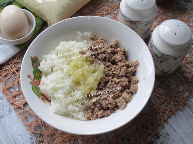 Всего лишь рыбные консервы и рис: показываю, как делаю на скорую руку сочный пирог (и пирожки в придачу)