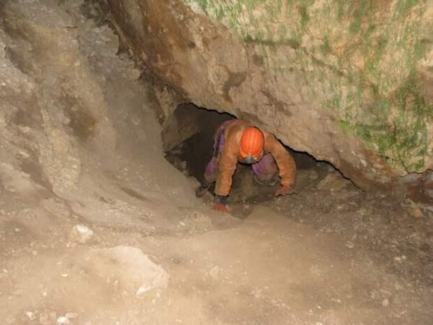 фото: http://img.crazys.info Спелеологам приходится и таким образом пробираться