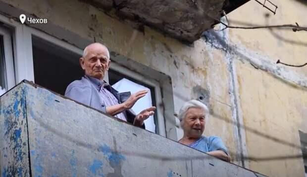 Ветеранов Чехова поздравили с Днем Победы концертами у дома