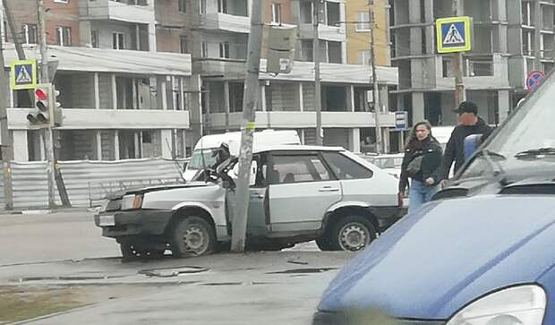 ВАЗ врезался в столб в Рязани