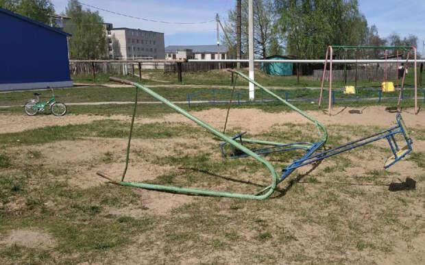 Детской площадкой в Спас-Клепиках, где качели сломали ноги ребёнку, займётся прокуратура