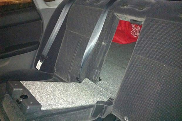 Как выбраться из багажника машины