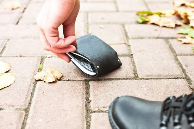 Юрист рассказала, что делать с найденными на улице деньгами