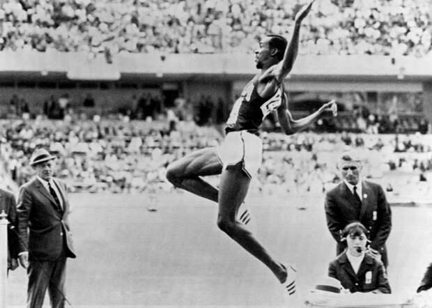 Босоногий рекордсмен и утки на трассе: 5 курьезных случаев в истории Олимпийских игр