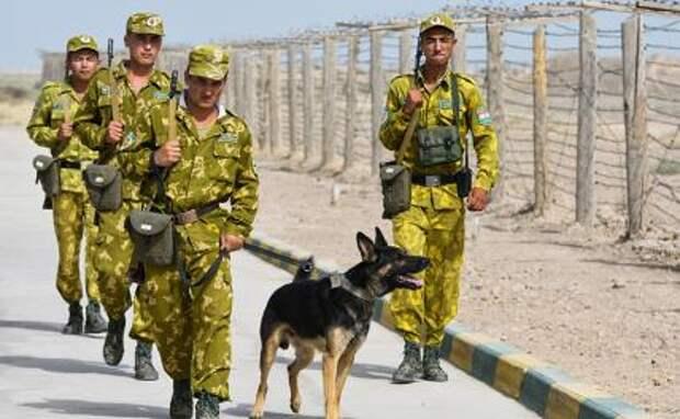 На фото: военнослужащие во время патрулирования таджикско-афганской границы.