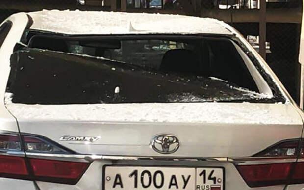 На машину мэра упал снег с крыши и повредил ее