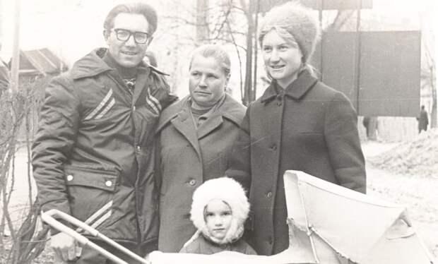 Евгения Кустова с дочкой и внучкой