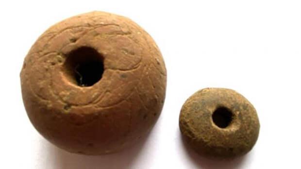 Археологи также обнаружили артефакты повседневной жизни, в том числе несколько веретён, сделанных из песчаника, которые использовались для прядения волокон в нити или шпагат.
