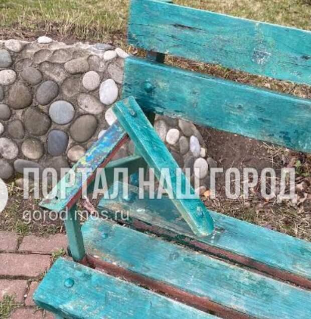 На Соколово-Мещерской улице отремонтировали лавочки