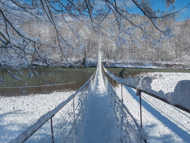 Подвесной мост через реку Белую, координаты 44.178533, 40.151815.