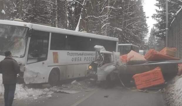 В Химках грузовик столкнулся с перевозившим врачей автобусом