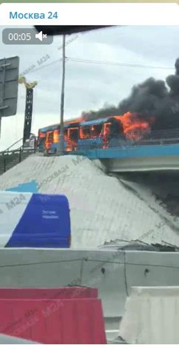 В конце Алтуфьевского шоссе сгорел пассажирский автобус
