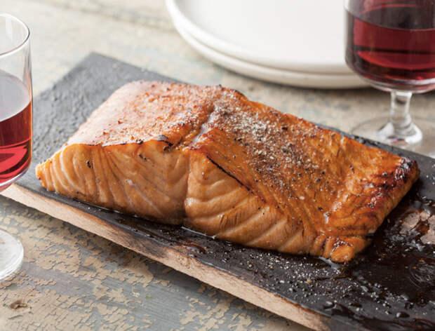 Кладем рыбу на дощечку и ставим в мангал: получается вкуснее шашлыка