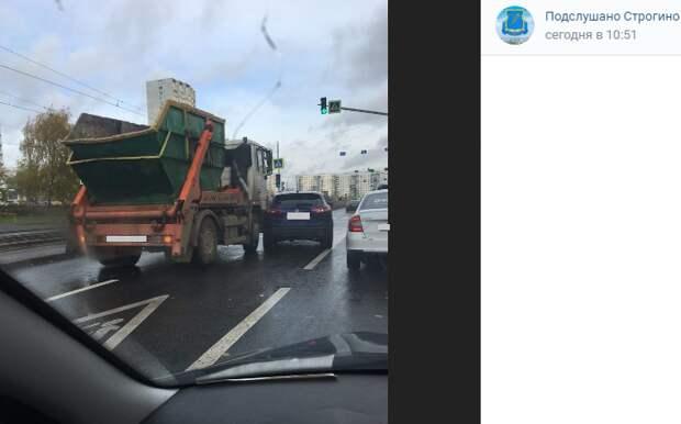 На Таллинской столкнулись мусоровоз и легковушка