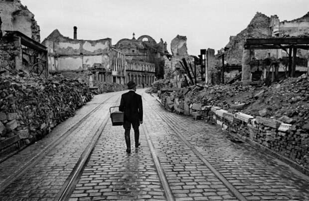 Германия сама была разрушена войной, а потом взять репарации в полном объеме было физически не возможно. ¦Фото: dmitrschool04.ru.