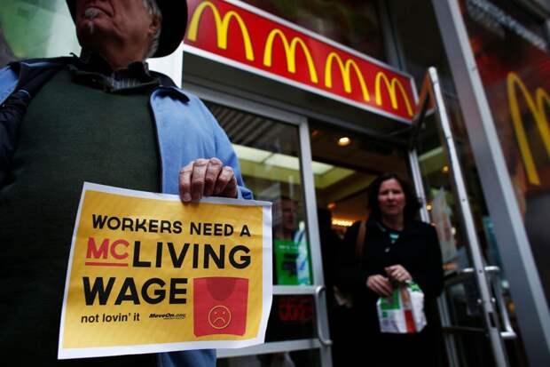 Плакат: «Рабочим нужна зарплата, на которую можно выжить»