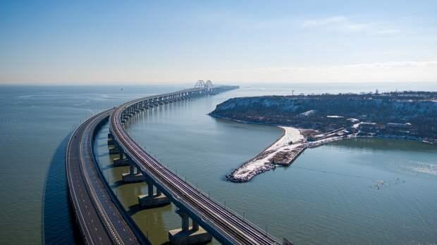 Дорогу на Крымском мосту начали обрабатывать антигололёдной смесью