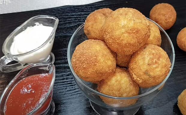 Сырные шарики без хлопот с тестом: смешиваем яйцо с рисом и добавляем внутрь сыр