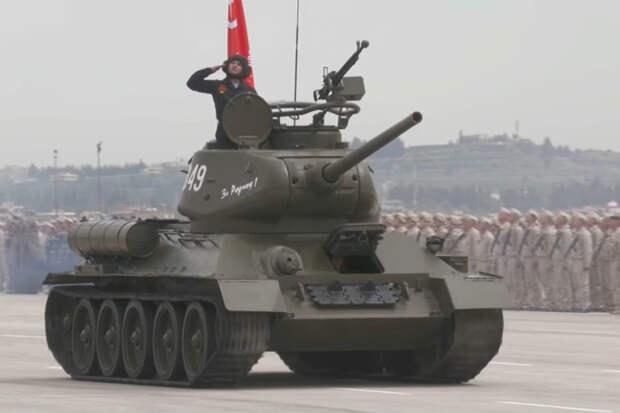Доработанный в Сирии Т-34-85 принял участие в параде на базе Хмеймим