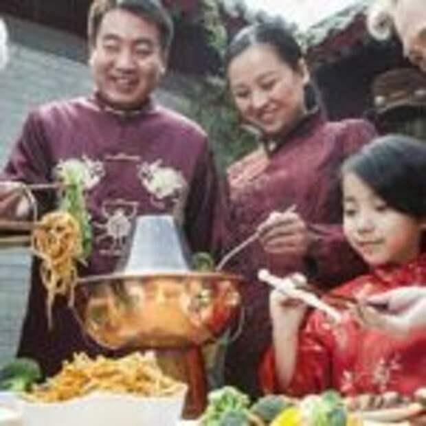 В Азии едят палочками игнорируя приборы поудобнее