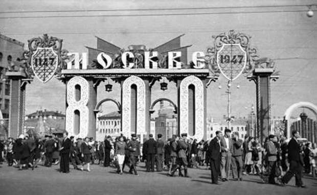 На фото: жители города на Пушкинской площади во время празднования 800-летия со дня основания Москвы. 1947 год.