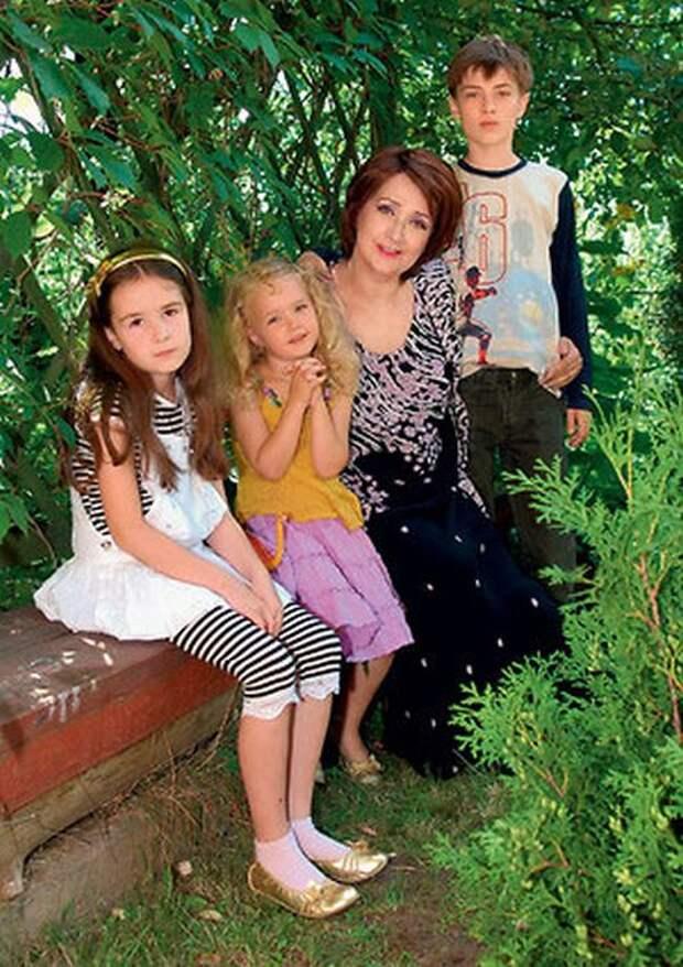 Зинаида Кириенко с внуками. / Фото: www.7days.ru