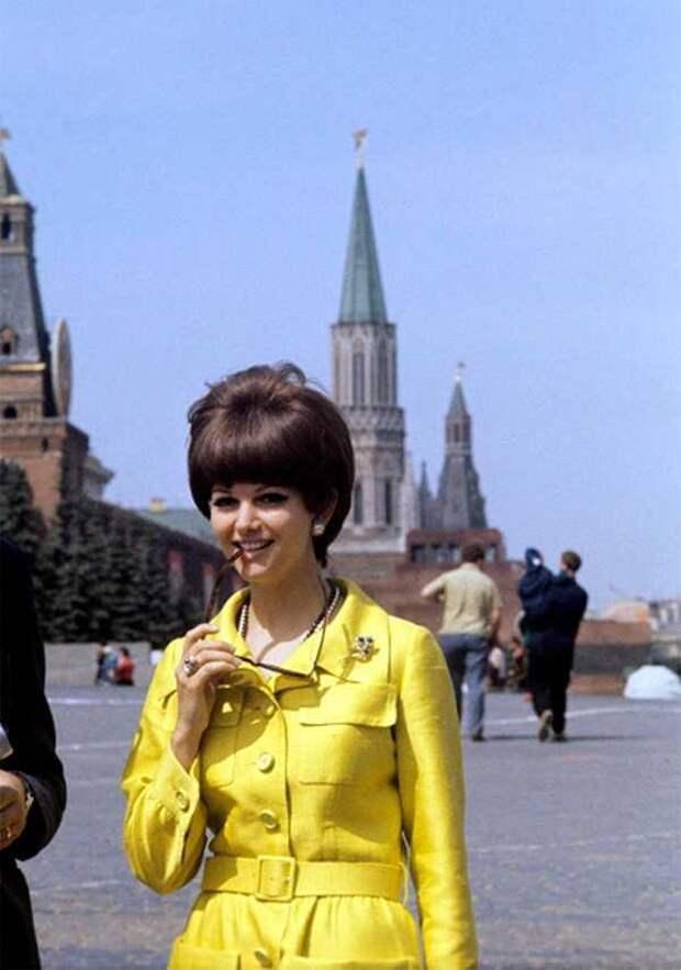 Солнечная Клаудия Кардинале гуляет по Красной площади в Москве, июль 1967 года.