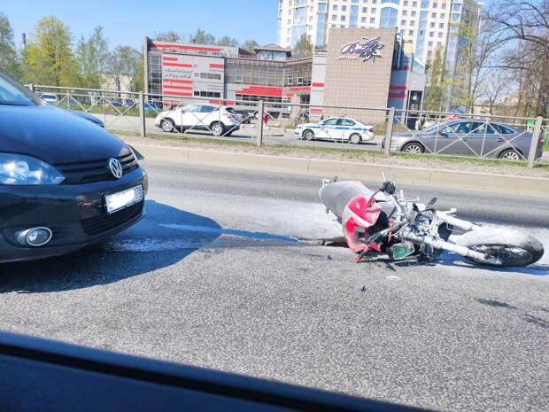 ДТП с мотоциклом на Приморском попало на видео. Камера засняла перестроение и полет в припаркованную машину