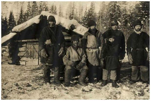 Крестьянские мужчины одеты в повседневную рабочую одежду, с мельницей на заднем плане, около 1911 года Крестьяне, россия, старые фото