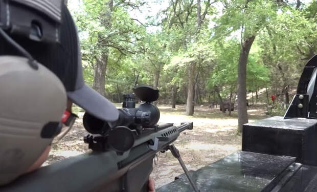 Попытка пробить пулей ковш экскаватора: стрелок испытал револьвер и снайперскую винтовку. Видео
