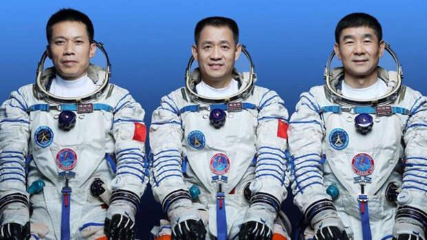 Китайские космонавты полетели к новой орбитальной станции