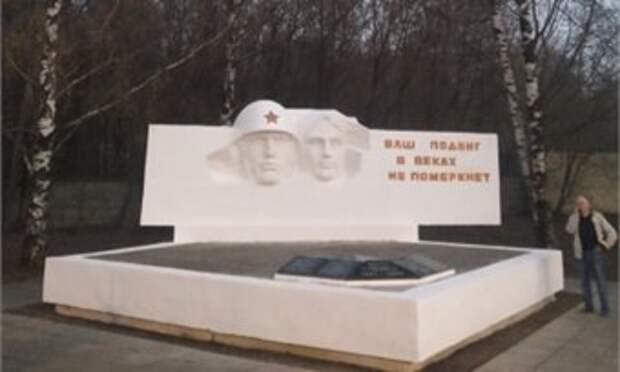 Офицер полиции отреставрировал в посёлке Садаковском памятник солдатам, погибшим в годы войны