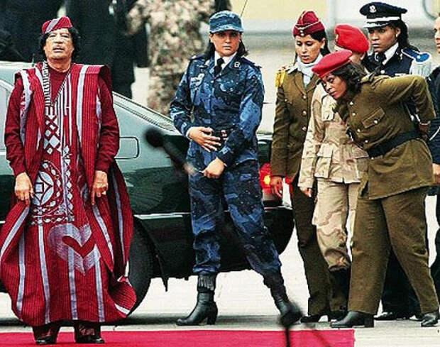Каддафи на выходе со своей охраной