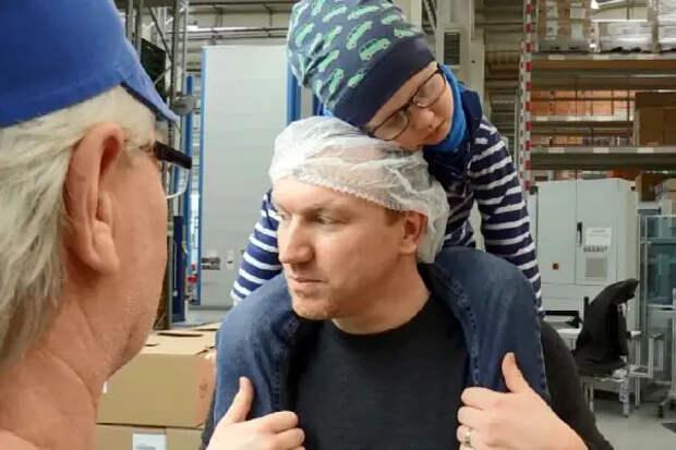Мужчина хотел бросить работу, чтобы ухаживать забольным раком сыном, ноколлеги отработали занего 3300 часов