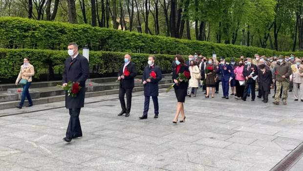 В киевском парке экстренно латали дорогу перед приездом Кличко