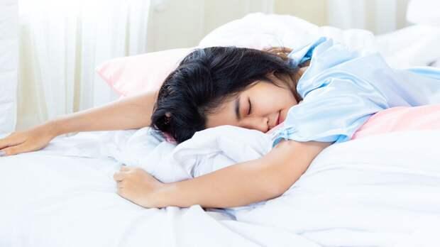Эндокринолог Павлова предостерегла от сна на мокрых простынях в жару