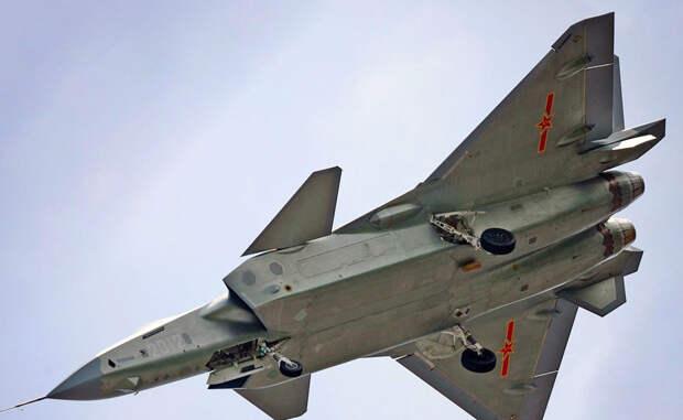 Невидимка Пресса уже поспешила окрестить J-20 клоном американского истребителя F-22 Raptor. Стоит напомнить, что эта машина пока остается единственным в мире истребителем пятого поколения выпускаемым серийно. Полная комплектация J-20 пока засекречена, однако по некоторым данным можно понять, что истребитель будет оснащен активной системой радиоэлектронного противодействия при помощи электромагнитных излучателей, то есть перед нами стелс-конкурент американского штурмовика.