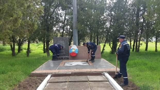 Пожарные Крыма привели в порядок памятники Великой Отечественной войны