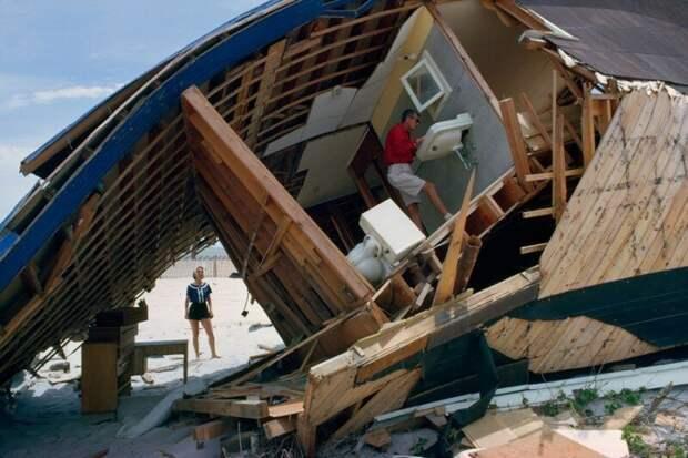 Пара осматривает свой дом на пляже, разрушенный штормом, Южная Каролина, март 1952 года. история, ретро, фото