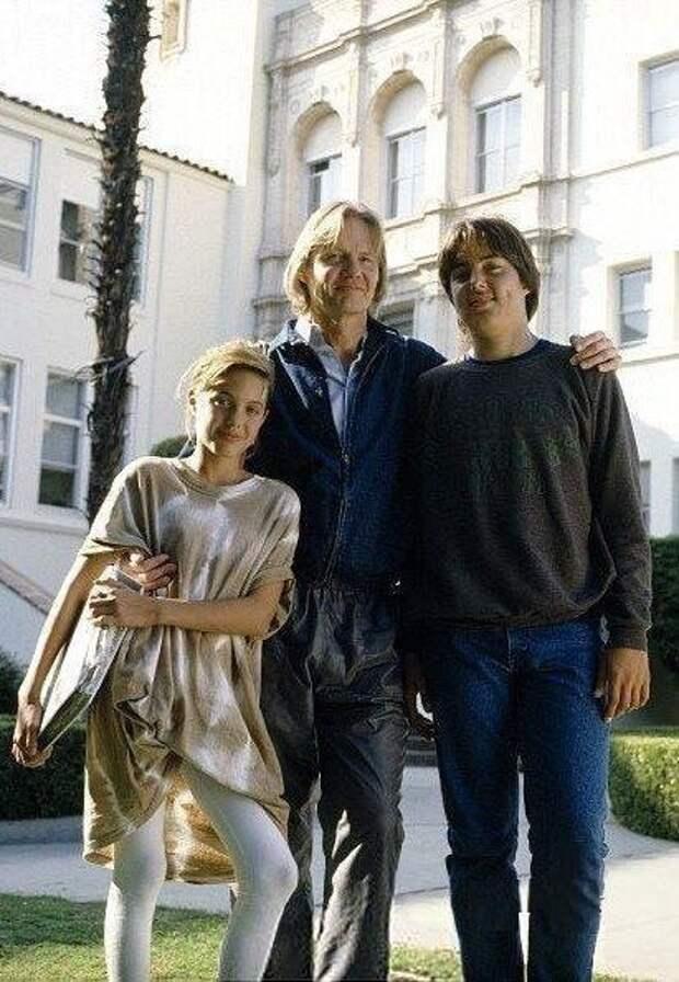 Юнaя Анджелина Джоли с отцом актepом Джонoм Войтом и братом Джеймсом Xeйвеном.