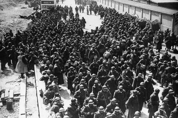 Солдаты на пляже Дюнкерка.