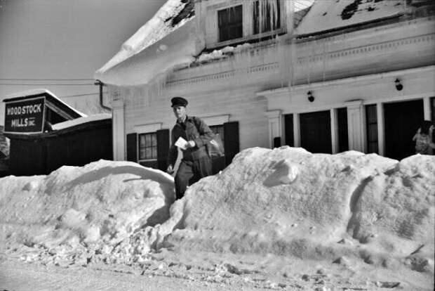 Почтальон осуществляет доставку после сильного снегопада, Вудсток, Вермонт, 1940 год